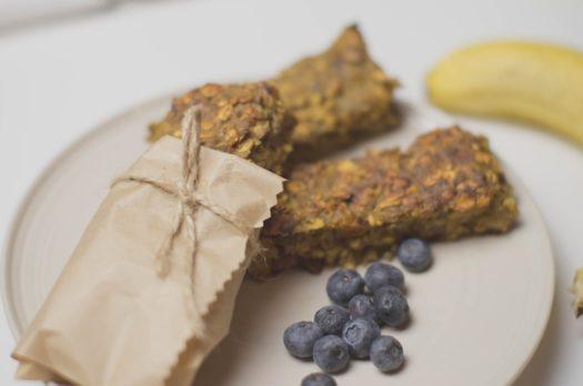 Idealne śniadanie – przepis na batoniki owsiane
