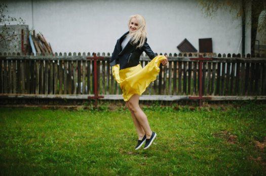 Stylizacja z żółtą spódnicą