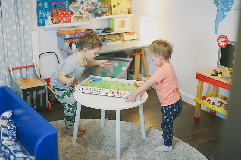 moi chłopcy bawią się zabawkami