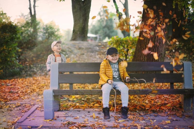 Z dziećmi w parku na ławcę