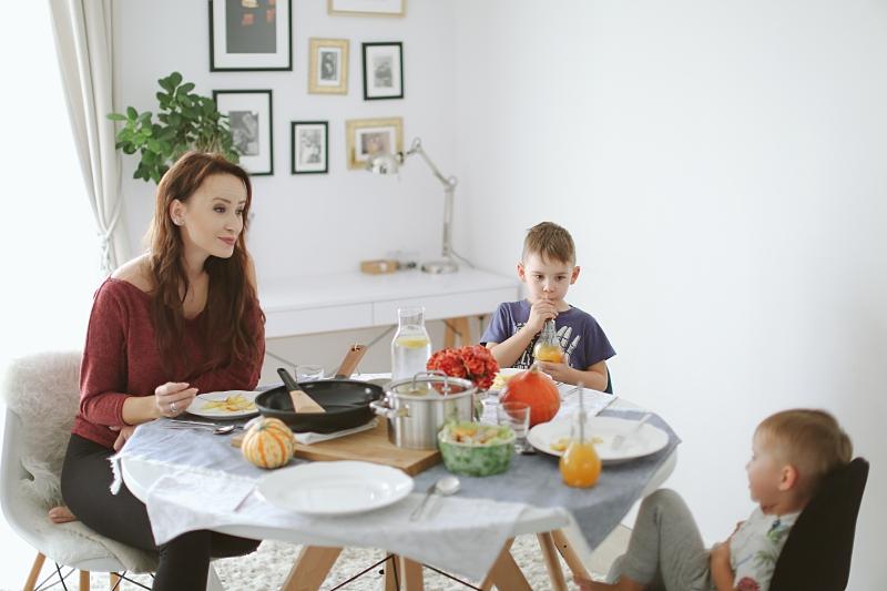 Ja z dziećmi przy stole