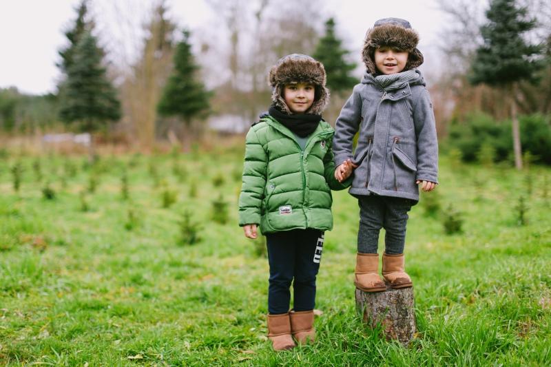 Oliwer i Jakub w ogrodzie ładnie ubrani